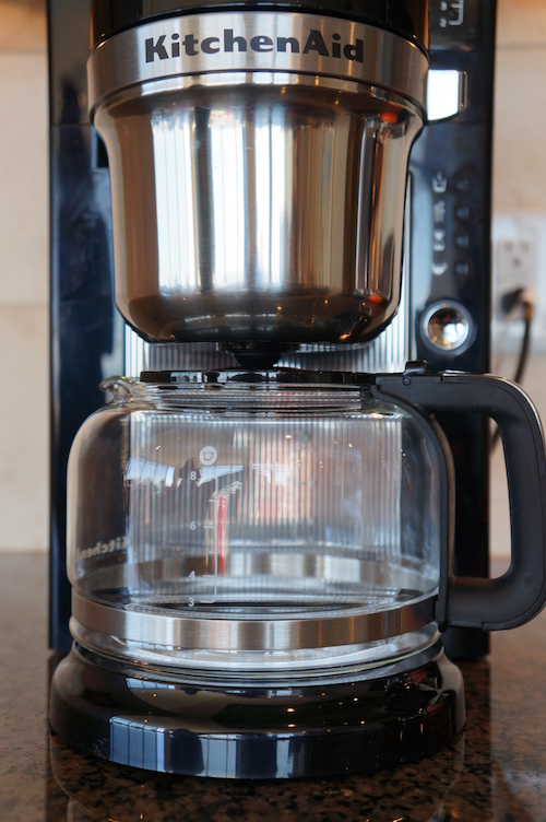 This SCAA certified home brewer utilizes glass carafe and warming plate technology.